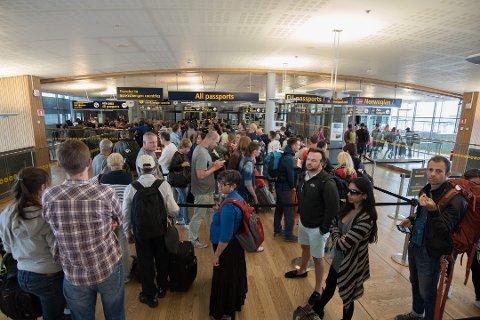 KAOS: Slik så det ut i passkontrollen for passasjerene som ankom Norge, forrige lørdag. Nå frykter Oslo Lufthavn enda lengre køer i helgen.