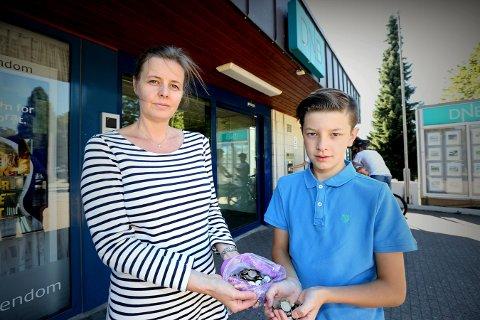 Elin Vatnar Nilsen sammen med sønnen Edvin (12). Edvin har spart opp nesten 2.000 kroner som han vil sette i banken.