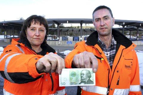 DROPPES: – Vi dropper inntil videre kontantgebyret, sier rådgiver Kirsten Lundem og daglig leder Trym Denvik ved Øras.Foto: Per Stokkebryn