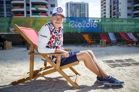 Henrik Christiansen leker seg i deltakerlandsbyen. Lørdag er det alvor. Da svømmer han 400 meter.