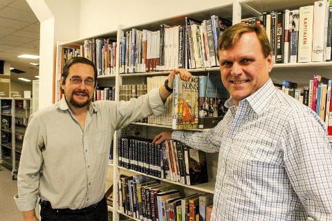 NYTT TILBUD: Kultursjef Geir Sverdrup (t.h.) og bibliotekar Paulo Bairos kan love en ny hverdag på Sørum bibliotek fra 11. januar. Foto: Rune Fjellvang