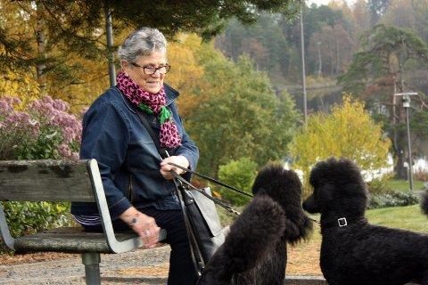 GIR IKKE OPP: Hundeeier og politiker Mette Korsrud (LiV) er oppgitt over at det skal være så vanskelig å finne et egnet område for å lufte hunder i Lørenskog – men har ingen planer om å legge saken død. Foto: Torstein Davidsen