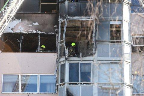 BALKONGBRANN: Politiet mener at brannen startet på balkongen i sjuende etasje.