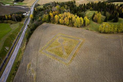 Mat: At korn blir mat signaliseres med dette kunstverket «By the Way», som ligger på Asmyr gård.