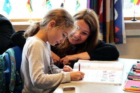 BISTO OGSÅ: Sana Javri (7) fikk hjelp av nyvalgt stortingspolitiker og medlem av utdanningskomiteen, Turid Kristensen (H) fra Lørenskog. Foto: Torstein Davidsen