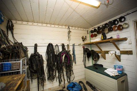 TYVEGODS: Blant annet har tyvene fått med seg flere saler, travhjelmer og hodelag til hest. Utstyret ble stjålet fra dette rommet i stallen.