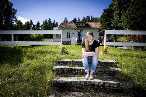 ØNSKER Å DELE: – Ved å fortelle min historie opplever jeg at jeg kan bidra til noe positivt, sier Siri Marie Seim Sønstelie (26) som overlevde terrorangrepet på Utøya 22. juli 2011. I april 2018 står hun på Det Norske Teatrets hovedscene i forestillingen «Utafor».