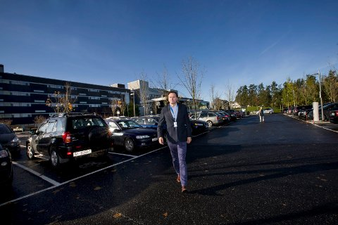 FORSVARER PRISEN: Morten Løkken Bendiksen sier Ahus opererer med det samme nivået på parkeringsavgifter som de andre store sykehusene i Norge.