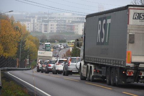 STÅR: Trafikken står både i Rælingstunnelen pg på riksvei 120 fra Rælingen. Foto: Vidar Sandnes