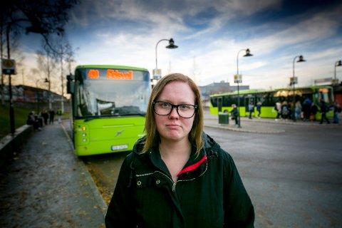 LEI: – Jeg er lei av å sitte på med bussjåfører som mener det er viktigere å ha personlige samtaler enn å følge med på trafikken, sier Tina Desirée Karstensen Egeberg