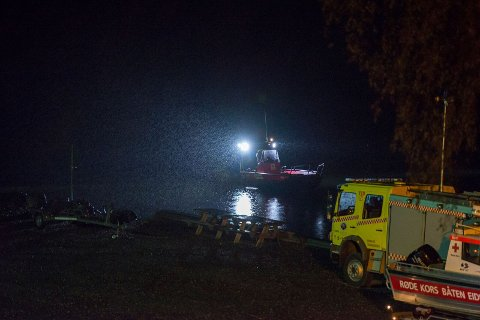 PÅ LAND OG I LUFTA: Både båter og helikopter ble tatt i bruk i søket etter den savnede. Foto: Remi Presttun