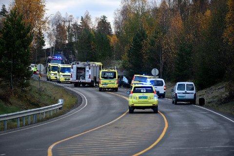 DØDSULYKKE: Én person er bekreftet omkommet etter at en lastebil og en perosnbil kolliderte front mot front på grensa mellom Sørum og Nes. FOTO: VIDAR SANDNES