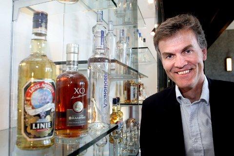 UTE MED «FULLE GLASS»: Jan Tore Føsund gikk fra toppjobben i  Arcus-Gruppen AS i 2011 til toppbyråkrat-stilling i Nærings-og fiskeridepartementet. Men børsnoteringen av Arcusp å slutten av fjoråret ga god uttelling på inntekten for 2016 for Føsund.