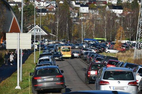 KAOS: Ifølge RBs fotograf er det akkurat nå kaotiske parkeringsforhold i området rundt Fjellhamarhallen i Lørenskog. Foto: Vidar Sandnes
