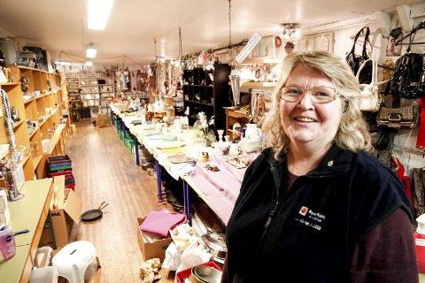 Selger fortsatt bra: Bruktbutikken til Røde Kors på Jessheim satte salgsrekord av nips og annet brukt med 170.000 kroner i kassa i august i år, sier Kari Salman-Kaas og de andre frivillige ved bruktbutikken. Alle foto: Øyvind Mo Larsen