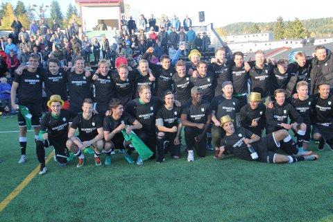 OPPRYKKSJUBEL: Gjelleråsen ble i år som i fjor seriemestere i 4.divisjon. Denne gangen fikk de også lov til å rykke opp et nivå. I sesongens siste hjemmekamp stilte det også 430 tilskuere opp og heiet laget fram til opprykk.