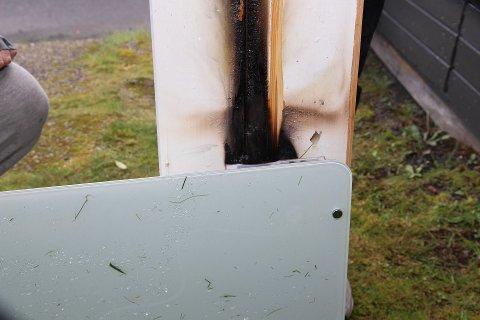 TOK FYR: På bildet kan man se hvordan brannen har spredt seg fra panelovnen til veggen bak.