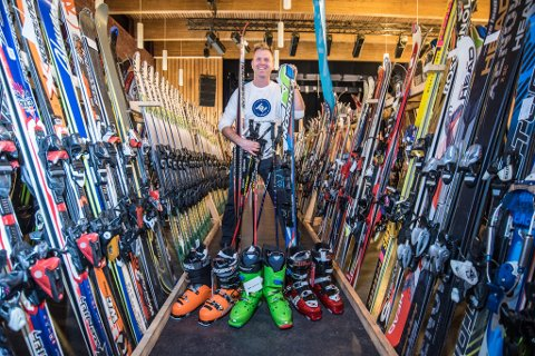 MYE PÅ LAGER: Ansvarlig for bruktmarkedet, Terje Trygg, har handlet inn store mengder utstyr i forkant av helgas bruktmarked.
