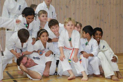 POPULÆR LÆREMESTER: Den verdenskjente karate-treneren, Shihan Cameron Quinn fra Australia, har vært en meget populær mann i Lørenskog denne helgen. Søndag var det de yngste i Lørenskog Karate Klubb som fikk lære fra mannen som er sett på som en legende i sporten.