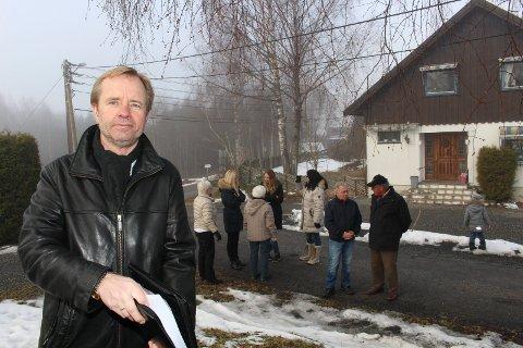 HAR BEDT OM TRAFIKKSIKRING: Leder i Jahren Vel Tore Raasok ønsker kommunens bom velkommen. Han mener forbudet mot gjennomkjøring til Kirkeveien må gjelde alle, også beboerne. FOTO: LINDA INGIER