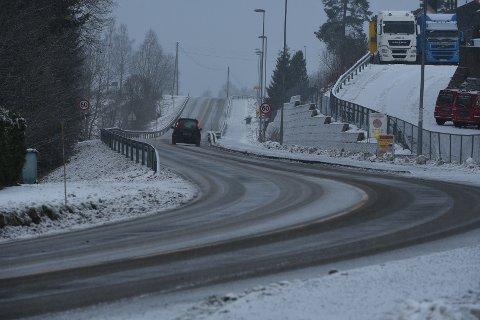 SNØ: Snøfallet som ble meldt som et OBS-varsel av meteorologene mandag er kommet til Romerike.