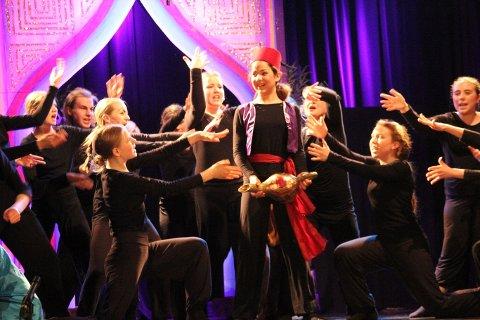 Skogblomsten har hentet inspirasjon og lånt kostymer fra Nesodden Teaterverksted og deres Aladdin-forestilling. Omtrent slik kan det altså bli i Lørenskog hus.