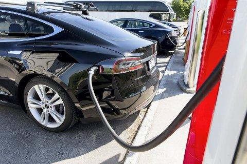 BELASTER KRAFTNETTET: Lading av elbiler sammenlignes med dusjing.