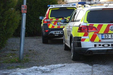 RYKKET UT: Politiet i Follo har bevæpnet seg og rykket ut til en adresse på Flateby. Politiet på Romerike bistår situasjonen.