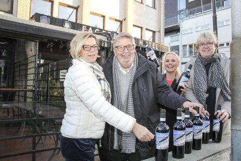 Byvinen: Nå er den her - årets byvin. F.v. Anne Grethe Wirum, ordfører Ole Jacob Flæten, Anne Merete Rodem og Børre Tosterud. Foto: Trine Kjus