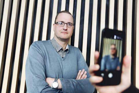 Ønsker forbud: Rektor ved Allergot ungdomsskole, Bernt Helge Stokkevåg, vil ha mobilforbud for å redusere den digitale mobbingen.Foto: Tom Gustavsen