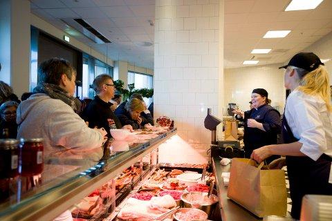 Med blant annet 400 kilo Rosenberg-wiener, tok Camilla Holand (i blått) i mot alle de nye kundene onsdag morgen.