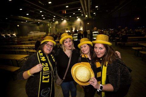Jentene er klare for fest i kveld. (F.v.) Yvonne Johnsen, Lene Belgum, Hanne Haugslien og Kathrine Ednes.