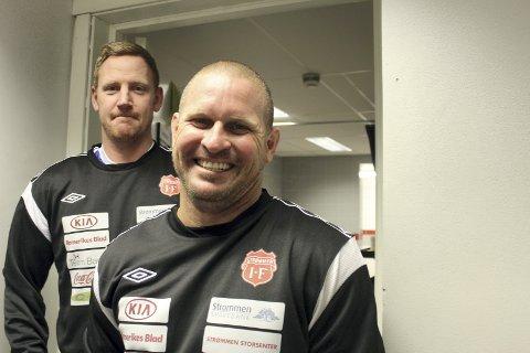 MERITTERT STOPPERPAR: Espen Olsen (bak) og Kasey Wehrman har hundrevis av Eliteserie-kamper og landskamper for sine hjemland. Fredag spilte de sammen i 4. divisjon.