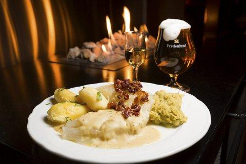 Fest med fisk: Mørke vinterkvelder med dekket bord, levende lys og lutefisk på varme tallerkener. Kaldt øl og akevitt. Mørketida har også sine lyse sider. Foto: Tom Gustavsen
