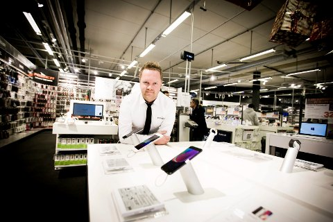 Remi Wilberg og resten av mannskapet på Power Strømmen selger flust av dyre julegaver i år. Blant disse er telefoner og spillkonsoller.