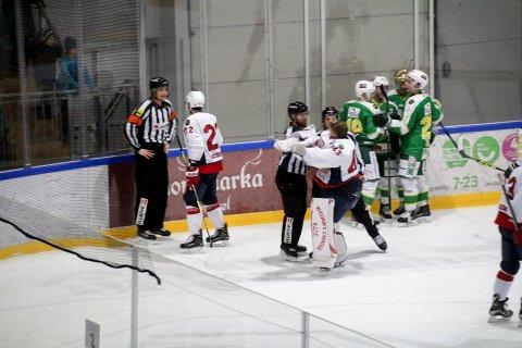 FULL STOPP: Sebastian Idoff legges i isen av linjedommerne da han forsøkte å komme bort til hoveddommer Mads Frandsen. ALLE FOTO: PER MORTEN SØDAL