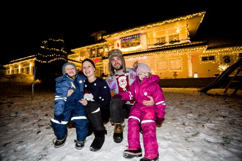 Kenneth og Linda Johannesen med barna Julian (3) og Ariel (4). På søndag, hadde de julelystenning for nabolaget.