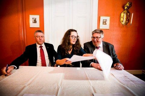 SLÅS SAMMEN: I februar i fjor signerte ordførerne John Harry Skoglund (Fet), Marianne Grimstad Hansen (Sørum) og Ole Jacob Flæten (Skedsmo) intensjonsavtalen om kommunesammenslåing.