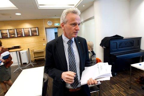 – Det er ikke vanlig at fylkeskommunen oppretter stillinger uten utlysing, sier fylkesrådmann Tron Bamrud.