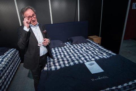SETTER PRIS PÅ EN GOD SENG: Terje Cosma fra Lørenskog selger senger i særklasse – med priser helt opp til en million kroner. ALLE FOTO: VIDAR SANDNES