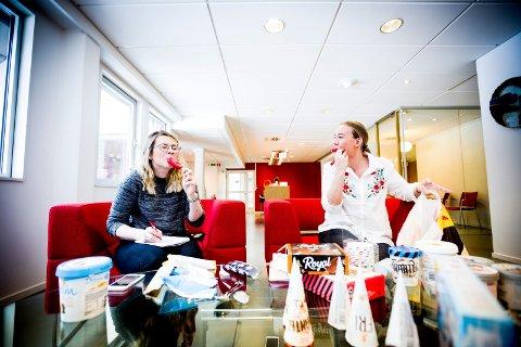 Fikk teste is: Inez Nygård og Pernille Hunes er i praksis hos Romerikes Blad og har fått gleden av å teste flere av Diplom-Is sine nyheter.Foto: Lisbeth Andresen