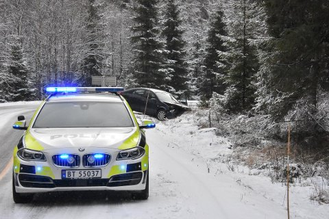 En bil havnet i grøfta på fylkesvei 21 ved Grasmo på Setskog. (Foto: Øyvind Henningsen)