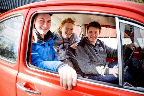 SKILTER: Målet til guttene er at bilen en gang skal få skilter.