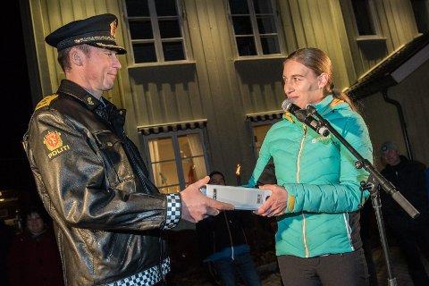 BLIR UAVHENGIG: Åse Birgitte Skjærli (V) vil nå stille som uavhengig representant. Her overlever hun over 7.000 underskrifter til politimester Jon Steven Hasseldal i november.