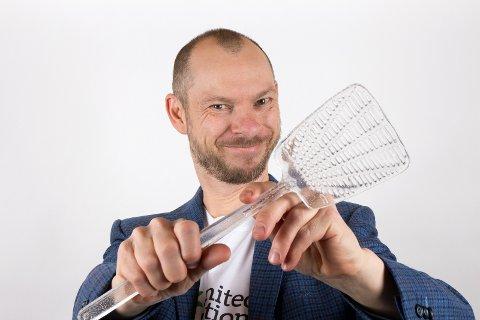 FLUESMEKKER: Kunstner Håkon Forfod Sønneland med fluesmekkeren av glass, støpt av Æsa Björk.