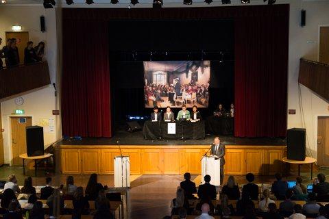 STORTINGSSAL: Den ærverdige aulaen på Lillestrøm videregående skole er omgjort til stortingssal.