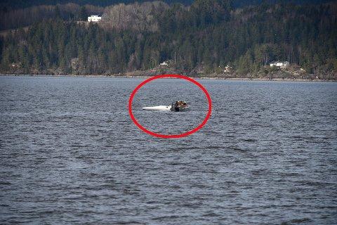 DRAMATISK: Her ligger flyet opp ned ute i Øyeren. FOTO: VIDAR SANDNES