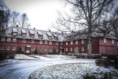 Artilleribygningen: Bygget i perioden 1740 til 1750. Den regnes blant landets største fredede trebygninger. I kontraktsforslaget som nå behandles står det at det er «et politisk ønske å sikre lokaler for den type kulturvirksomhet som i dag drives på eiendommen.» I dag holder blant annet KunstSkansen til her. Foto: Ola Einbu