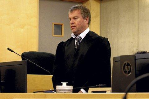FORSVARER: Advokat Jørund Lægland forsvarer den voldstiltalte kvinnen, som avviser det aller meste av den alvorlige tiltalen.Begge foto: Per Stokkebryn