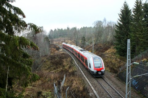 SKAL MODERNISERES: Kongsvingerbanen skal moderniseres, men det innebærer at strekningen mellom Lillestrøm og Kongsvinger må stenges på dagtid. Dette bildet er tatt nord for Rånåsfoss.